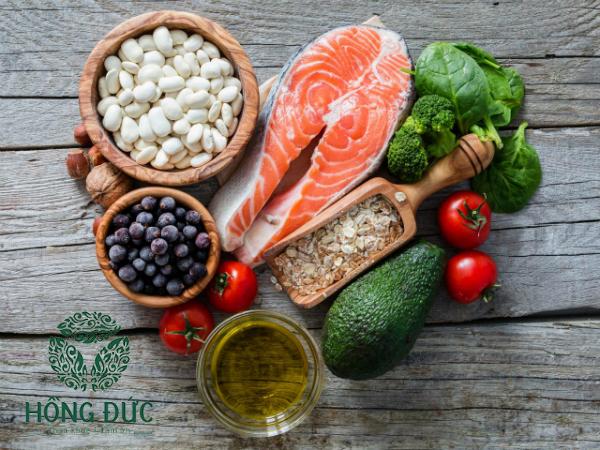 Thực phẩm chứa chất béo tốt, rau sẫm màu, quả màu cam, đỏ... có tác động tích cực lên cơ thể bệnh nhân viêm lộ tuyến