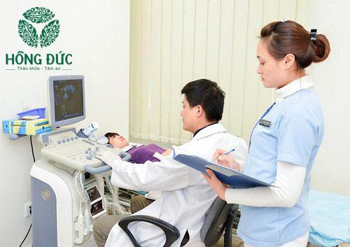 Bác sĩ kiểm tra trước khi tiến hành đốt viêm lộ tuyến